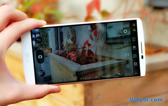 从发布会得到的消息来看,这款手机拥有黑白两种配色,外观看起来比较的独特,其采用了金属中框设计,但用来搭配其不锈钢316L中框的却是少有的有机硅材质。这种搭配在机身的柔韧性、防护性上都有所增强,手感同样不错。 同时该手机还拥有双屏幕设计,其主屏幕为一块5.7英寸的Quad HD IPS Quantum Display屏幕,并且达到了2560×1440的分辨率,副屏幕则更像是一块多功能的电子时钟,可以显示时间日期天气等信息,位于主屏幕的上端中央部位,开机状态下始终处于开启状态。
